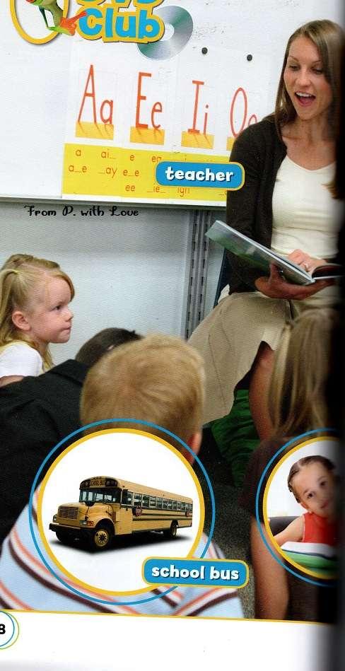 kobieta nauczycielka stoi przy tablicy